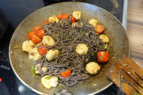 Low Carb Spaghetti mit Garnelen und Cherrytomaten