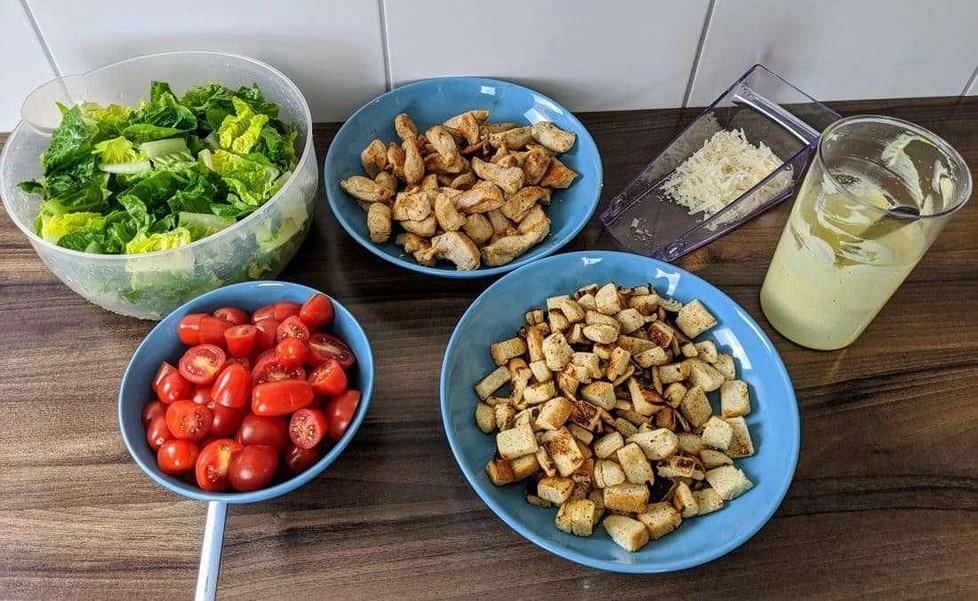 Caesar Salad mit Cherrytomaten und Hähnchenbrust